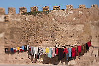 Afrique/Afrique du Nord/Maroc/Essaouira: Linge séchant devant les remparts portugais de la médina