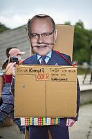 """Fridays for Future protestierte am Freitag den 26. Juni 2020 in Berlin vor dem Bundeswirtschaftsministerium gegen das Kohleausstiegsgesetz der Bundesregierung und eroeffnete eine """"Galerie des Scheiterns"""".<br /> Im Bild: Eine Pappfigur von Bundeswirtschaftsminister Peter Altmaier mit einem Schild """"Bin ich korrupt? oder Treffe ich mich gerne mit Lobbyisten?"""".<br /> 26.6.2020, Berlin<br /> Copyright: Christian-Ditsch.de<br /> NUR FUER REDAKTIONELLE ZWECKE! Werbung nur auf Anfrage beim Fotografen. [Inhaltsveraendernde Manipulation des Fotos nur nach ausdruecklicher Genehmigung des Fotografen. Vereinbarungen ueber Abtretung von Persoenlichkeitsrechten/Model Release der abgebildeten Person/Personen liegen nicht vor. NO MODEL RELEASE! Don't publish without copyright Christian-Ditsch.de, Veroeffentlichung nur mit Fotografennennung, sowie gegen Honorar, MwSt. und Beleg. Konto: I N G - D i B a, IBAN DE58500105175400192269, BIC INGDDEFFXXX, Kontakt: post@christian-ditsch.de<br /> Bei der Bearbeitung der Dateiinformationen darf die Urheberkennzeichnung in den EXIF- und  IPTC-Daten nicht entfernt werden, diese sind in digitalen Medien nach §95c UrhG rechtlich geschuetzt. Der Urhebervermerk wird gemaess §13 UrhG verlangt.]"""