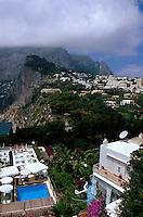 Italien, Capri, Blick auf Ort Capri vom Restaurant Brunella