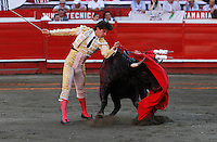 MANIZALES - COLOMBIA  - 07-01-2015: Juan del Alamo, torero español.  realiza un pase durante una corrida de toros en la Plaza de toros de Manizales, departamento de Caldas, Colombia en el marco de la Feria de Manizales. / Juan del Alamo, spanish  bullfighter performs a pass  during a bullfight at the Manizales bullring, in Caldas department Colombia on in the framework of Fair of manizales.  PHOTO: VizzorImage / Santiago Osorio / Str