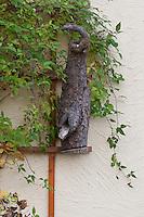 Nistkasten, Nist-Kasten, selbst gebaut aus hohlem Stamm für Höhlenbrüter an Hausfassade