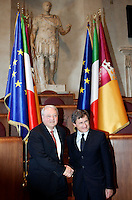 Il presidente designato della Roma Thomas Richard DiBenedetto stringe la mano al sindaco di Roma Gianni Alemanno, a destra, al termine del loro incontro in Campidoglio, Roma, 21 settembre 2011..Boston executive and AS Roma football club's newly designated president Thomas Richard DiBenedetto, left, shakes hands with Rome Mayor Gianni Alemanno at the end of their meeting at the Campidoglio capitol hill in Rome, 21 september 2011. At background, the statue of Julius Caesar..UPDATE IMAGES PRESS/Riccardo De Luca