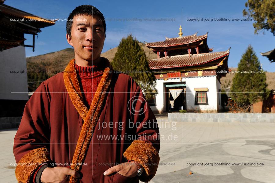 CHINA Yunnan, Yongningxiang, buddhist Lama Temple and Zhamei monastery, this region is home of the ethnic minority Mosuo who are buddhist, tibetan monk / CHINA Yunnan, Yongningxiang, buddhistischer Lama Tempel und Zhamei Kloster, diese Region ist Heimat der ethnischen Minderheit Mosuo, die Mosuo sind Buddhisten, tibetischer Moench