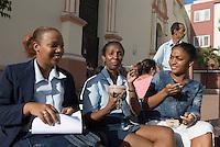 Cuba, Junge Frauen essen Eis  in Camagüey