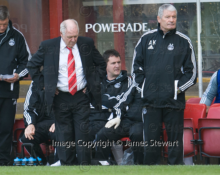 ABERDEEN MANAGER CRAIG BROWN AND ASSISTANT MANAGER ARCHIE KNOX DURING THE GAME