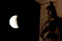 Un momento dell'eclissi lunare vista dal Colosseo, a Roma, 15 giugno 2011..A view of the lunar eclipse, seen from the Arch of Constantine, in Rome, 15 june 2011..UPDATE IMAGES PRESS/Riccardo De Luca