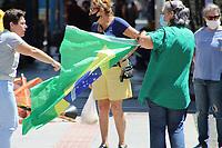 Campinas - SP, 14/03/2021 - Um pequeno grupo de manifestantes saiu em carreata pelas ruas de Campinas, na manhã deste domingo (14), em favor do Governo de Bolsonaro. Outro pequeno grupo se reuniu no Largo do Rosário com faixas e bandeiras.. Parte dos manifestantes estavam sem máscara e em aglomeração. A EMDEC e a polícia estiveram no local.