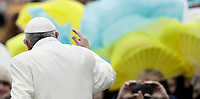 Papa Francesco saluta i fedeli al suo arrivo all'udienza generale del mercoledi' in Piazza San Pietro, Citta' del Vaticano, 31 gennaio, 2018.<br /> Pope Francis waves to faithful as he arrives for his weekly general audience in St. Peter's Square at the Vatican, on January 31, 2018.<br /> UPDATE IMAGES PRESS/Isabella Bonotto<br /> <br /> STRICTLY ONLY FOR EDITORIAL USE
