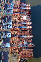 Containerschiff Al Dahna beim Eurogate: EUROPA, DEUTSCHLAND, HAMBURG, (EUROPE, GERMANY), 06.01.2017 Containerschiff Al Dahna beim Eurogate. Das Schiff gehöhrt zur  Der EUROGATE Containerterminal Hamburg liegt Zentral im Waltershofer Hafen, mit direkter Anbindung an die Autobahn A7. An 365 Tagen im Jahr werden hier an sechs Großschiff-Liegeplaetzen rund um die Uhr Containerschiffe abgefertigt. Hierfuer stehen 23 Containerbruecken (davon 19 Post-Panmax) und mehr als 140 Van Carrier zur Verfuegung.<br /> Mit einem Umschlag von 2,7 Mio. TEU in 2008 gilt der EUROGATE Container Terminal Hamburg als die zweitgroesste Umschlagsanlage der EUROGATE-Gruppe in Deutschland.<br /> Containerverladung eines Schiffs der Reederei Hanjin beim Eurogate