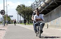 BOGOTÁ-07-02-2013. Dos personas comparten la bicicleta hoy durante el Día sin Carro en Bogotá./ People share a bike today during the Car Free Day in Bogotá. Photo: VizzorImage/STR