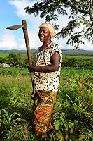 UGANDA, Kasese, woman weeds with hoe / Landwirtschaft, Frau hackt Feld mit Hacke