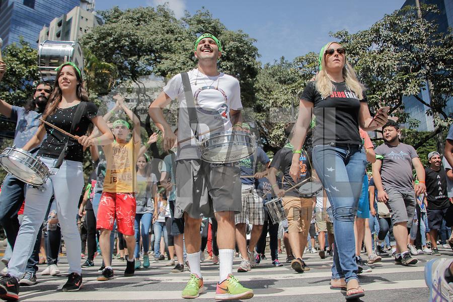 BELO HORIZONTE, MG, 11.02.2018 - CARNAVAL-MG - Bloco evangélico exalta o nome de Jesus, no carnaval 2018, na região central de Belo Horizonte, neste domingo, 11. (Foto: Doug Patricio/Brazil Photo Press)