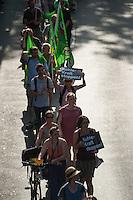Protest gegen Braunkohletagebau.<br /> Aus Protest gegen die geplante Zerstoerung der brandenburgischen und polnischen Orte Kerkwitz, Proschim und Grabice versammelten sich am Freitag den 8. August 2014 in Berlin mehrere hundert Menschen zu einer Probe-Menschenkette um fuer eine internationale Protestaktion am 23. August 2014 in der Lausitz zu werben. Am 23.8. soll es eine Menschenkette mit mehreren tausend Menschen aus verschiedenen europaeischen Laendern quer durch die Lausitz geben. Zu dieser Aktion rufen Betroffene aus den von der Regierung aus SPD und Linkspartei zur Zerstoerung freigegebenen Orten,  Umweltverbaende aus ganz Deutschland, und anderen Laendern, sowie Greenpeace auf.<br /> 8.8.2014, Berlin<br /> Copyright: Christian-Ditsch.de<br /> [Inhaltsveraendernde Manipulation des Fotos nur nach ausdruecklicher Genehmigung des Fotografen. Vereinbarungen ueber Abtretung von Persoenlichkeitsrechten/Model Release der abgebildeten Person/Personen liegen nicht vor. NO MODEL RELEASE! Don't publish without copyright Christian-Ditsch.de, Veroeffentlichung nur mit Fotografennennung, sowie gegen Honorar, MwSt. und Beleg. Konto: I N G - D i B a, IBAN DE58500105175400192269, BIC INGDDEFFXXX, Kontakt: post@christian-ditsch.de<br /> Urhebervermerk wird gemaess Paragraph 13 UHG verlangt.]