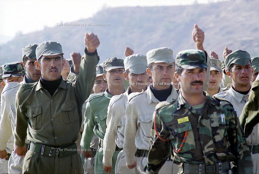 Irak 2000  Entrainement militaire au camp de Zawita.<br /> Iraq 2000  Training in Zawita's military camp