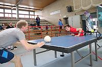 Marc Azmann (rot) aus Groß-Gerau mit vollem Körpereinsatz im Match gegen Stefan Rack aus Frankfurt - Darmstadt 22.04.2017: 3. HEADIS Turnier