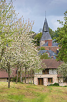 France, Calvados (14), Pays d' Auge, Cambremer: le village et le verger de pommiers en fleurs // France, Calvados, Pays d' Auge, Cambremer : the village and the apple orchard in bloom