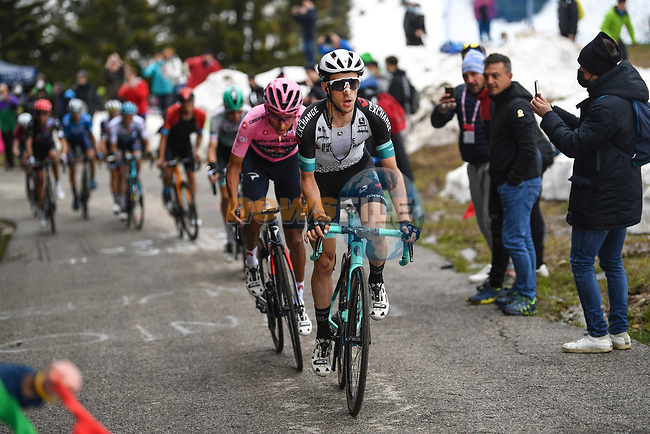 Simon Yates (GBR) Team Bike Exchange and race leader Egan Bernal (COL) Ineos Grenadiers on the slopes of Monte Zoncolan during Stage 14 of the 2021 Giro d'Italia, running 205km from Cittadella to Monte Zoncolan, Italy. 22nd May 2021.  <br /> Picture: POOL/Tim De Waele | Cyclefile<br /> <br /> All photos usage must carry mandatory copyright credit (© Cyclefile | POOL/Tim De Waele)
