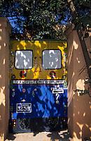 Afrique/Afrique de l'Ouest/Sénégal/Gorée : Portail d'une maison imitant un taxi brousse