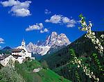 Italy, Veneto, Dolomites, Colle Santa Lucia and mountain Pelmo (3.168 m)