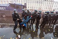 """Sogenannten """"Querdenker"""" sowie verschiedene rechte und rechtsextreme Gruppen hatten fuer den 18. November 2020 zu einer Blockade des Bundestag aufgerufen. Sie wollten damit verhindern, dass es eine Abstimmung ueber das Infektionsschutzgesetz gibt.<br /> Es sollen sich ca. 7.000 Menschen versammelt haben. Sie wurden durch Polizeiabsperrungen daran gehindert zum Reichstagsgebaeude zu gelangen. Sie versammelten sich daraufhin u.a. vor dem Brandenburger Tor.<br /> Im Bild: Polizeibeamte tragen einen Demonstranten weg, der sich mit Schutzkleidung und Schutzbrille auf eine Auseinandersetzung mit der Polizei gut vorbereitet hatte.<br /> 18.11.2020, Berlin<br /> Copyright: Christian-Ditsch.de"""