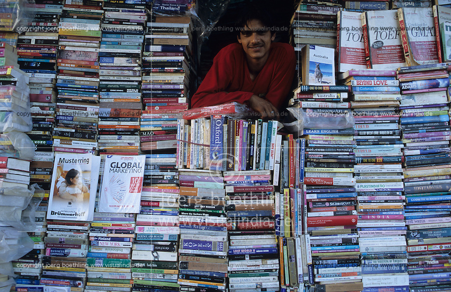 INDIA, Book shop in New Delhi / INDIEN Buchladen am Connaught Place in Neu Delhi