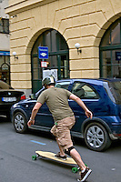 Transporte em skate. Munique. Alemanha. 2008. Foto de Cris Berger.