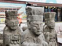Verkauf von Steinfiguren auf der Donwhamun-ro in Seoul, Südkorea, Asien<br /> sale of stone sculptures on Donwhamun-ro  in Seoul, South Korea, Asia