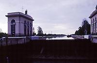 RUSSIA  Viaggio in battello da San Pietroburgo a Mosca lungo il Volga. Un tratto della navigazione interrotto da una chiusa.