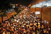 SÃO PAULO,SP,21 JUNHO 2013 - PROTESTO MELHORIA LINHA VERMELHA METRO - Manifestantes  fecham a Av. Radial Leste nos  no Tatuapé zona leste em São Paulo, no final da tarde desta sexta- feira (21) eles pedem melhorias na linha vermelha do metrô que liga Corinthians Itaquera até a Palmeiras Barra Funda  .FOTO ALE VIANNA - BRAZIL PHOTO PRESS
