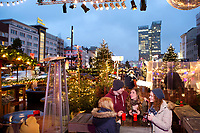 Europa, Deutschland, Hamburg, Santa Pauli, Reeperbahn, Weihnachtsmarkt, Spielbudenplatz, Sankt Pauli, die tanzenden Tuerme von Hadi Teherani, Gluehwein, Weihnachten, Clique, Model Released, 22.12.2014<br /> <br /> Engl.: Christmas market ''Santa Pauli'' in Hamburg St. Pauli, winter, Germany, Europe, December 2014