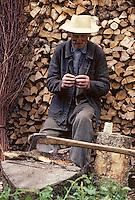 Europe/France/Auvergne/15/Cantal/env de Vic sur Cère: agriculteur roulant une cigarette de tabac gris pendant une pause aprés avoir coupé son bois de chauffage pour l'hiver [Non destiné à un usage publicitaire - Not intended for an advertising use]  [<br /> PHOTO D'ARCHIVES // ARCHIVAL IMAGES<br /> FRANCE 1980