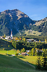Austria, Tyrol, Berwang: with parish church and summit Thaneller (2341 m) of Lechtal Alps   Oesterreich, Tirol, Berwang: mit Pfarrkirche vor dem Thaneller (2341 m) in den oestlichen Lechtaler Alpen