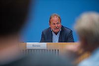 """Pressekonferenz zu den Grossdemonstrationen """"CETA und TTIP stoppen!"""" am 17. September in sieben Staedten.<br /> Am Dienstag den 23. August 2016 stellten der Vorsitzender der Gewerkschaft ver.di, die Praesidentin von Brot fuer die Welt, der Geschaeftsfuehrer des Deutschen Kulturrates, der Bundesvorsitzender der NaturFreunde Deutschlands, der Hauptgeschaeftsfuehrer des Paritaetischen Wohlfahrtsverbandes und der Geschaeftsfuehrer von Campact die Ziele der geplanten Grossdemonstrationen """"CETA und TTIP stoppen!"""" im Haus der Bundespressekonferenz vor.<br /> Nach Meinung der Veranstalter der Demonstrationen sind CETA und TTIP nicht dem Gemeinwohl in der EU, den USA und Kanada verpflichtet, sondern den Interessen von Konzernen und Investoren. Dagegen sollen mehrere hunderttausend Menschen am 17. September in sieben Staedten auf die Strasse gehen.<br /> Zu den Demonstrationen rufen auf: Wohlfahrts-, Sozial- und Umweltverbaende, Gewerkschaften, Organisationen fuer Demokratie-, Kultur- und Entwicklungspolitik, fuer Verbraucher- und Mieterschutz und nachhaltige Landwirtschaft, aus Kirchen sowie kleinen und mittleren Unternehmen. Dem Traegerkreis gehoeren 30 Organisationen auf Bundesebene an, unterstuetzt von regional aktiven Initiativen und Buendnissen sowie von Parteien.<br /> Im Bild: Frank Bsirske, Vorsitzender der Gewerkschaft ver.di.<br /> 23.8.2016, Berlin<br /> Copyright: Christian-Ditsch.de<br /> [Inhaltsveraendernde Manipulation des Fotos nur nach ausdruecklicher Genehmigung des Fotografen. Vereinbarungen ueber Abtretung von Persoenlichkeitsrechten/Model Release der abgebildeten Person/Personen liegen nicht vor. NO MODEL RELEASE! Nur fuer Redaktionelle Zwecke. Don't publish without copyright Christian-Ditsch.de, Veroeffentlichung nur mit Fotografennennung, sowie gegen Honorar, MwSt. und Beleg. Konto: I N G - D i B a, IBAN DE58500105175400192269, BIC INGDDEFFXXX, Kontakt: post@christian-ditsch.de<br /> Bei der Bearbeitung der Dateiinformationen darf die Urheberkennzeich"""