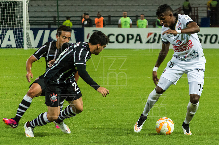 MANIZALES- COLOMBIA - 11-02-2015: Johan Arango (Der) jugador de Once Caldas, disputa el balón con Fagner (Izq) jugador del Corinthians, durante partido de vuelta entre Once Caldas de Colombia y Corinthians de Brasil por la primera fase, repechaje 6, de la Copa Bridgestone Libertadores en el estadio Palogrande, de la ciudad de Manizales. / Johan Arango (R) player of Once Caldas, vies for the ball with Fagner (L) player of Corinthians, during a match for the second leg between Once Caldas of Colombia and Corinthians of Brasil for the first phase, playoff 6, of the Copa Bridgestone Libertadores in the Palogrande stadium in Manizales city. Photos: VizzorImage / Kevin Toro / Cont