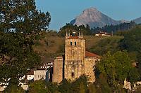 Europe/Espagne/Pays Basque/Guipuscoa/Goierri/Segura: Église de Notre Dame de l'Assomption et en fond le mont Txindoki