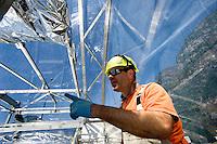 Airlight Energy, collettore  solare (parabolico lineare),cavità interna, tecnico al lavoro
