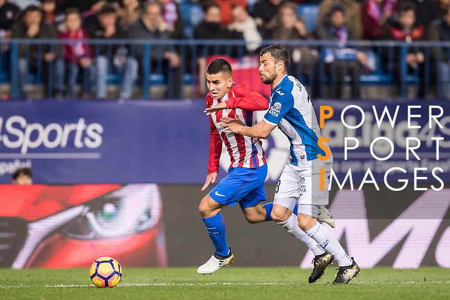 Angel Correa (l) of Atletico de Madrid fights for the ball with Javi Fuego of RCD Espanyol during the La Liga match between Atletico de Madrid and RCD Espanyol at the Vicente Calderón Stadium on 03 November 2016 in Madrid, Spain. Photo by Diego Gonzalez Souto / Power Sport Images