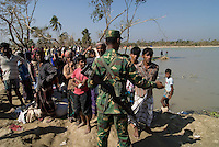 BANGLADESH, Southkhali in district Bagerhat, people await relief goods after the cyclone Sidr which has flooded and destroyed many villages and claimed many victims / Bangladesch, Wirbelsturm Sidr und eine Sturmflut zerstoeren viele Doerfer im Kuestengebiet von Southkhali, Menschen warten auf Ankunft von Hilfsguetern