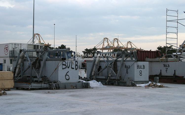 Bulbos sobre los soportes de acero para su transporte -  - LLEGADA DEL CHALLENGE LUNA ROSSA AL R.C.N.V. (Copa LOUIS VUITTON / Copa del América) - 2004 mar 30