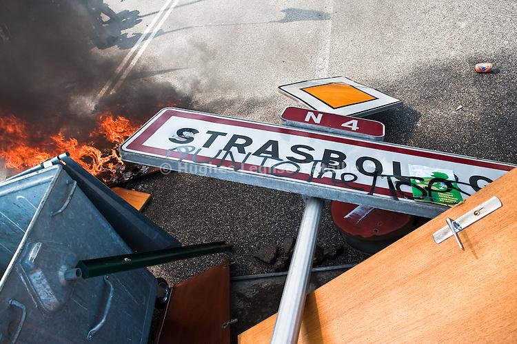 Le panneau d'entree a Strasbourg a servi aux manifestants  a eriger une barricade sur le Pont de l'Europe, durant la manifestation du 4 avril 2009 contre le sommet de l'OTAN..Credit;Hughes Leglise-Bataille/Julien Muguet/face to face