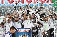 MEDELLÍN -COLOMBIA-21-05-2014. Jugadores del Atlético Nacional levantan el trofeo para celebrar el título como Campeones de la Liga Postobón I 2014 después de derrotar al Atletico Junior en partido de vuelta de la final jugado en el estadio Atanasio Girardot de la ciudad de Medellín./ Atlético Nacional Players raise the trophy to celebrate as a champions of Postobon League I 2014 after defeated Atletico Junior in the second leg match of the final played at Atanasio Girardot stadium in Medellin city. Photo: VizzorImage / Felipe Caicedo / Staff