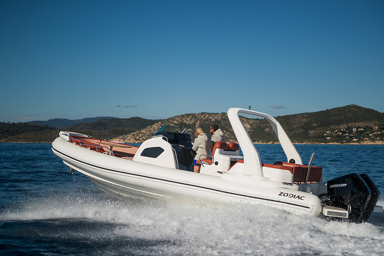 The Zodiac Medline 9 can reach a maximal speed of 55 knots with dual engines of 2x350CV