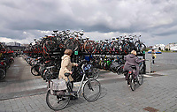 Nederland - Amsterdam- 2020.  Fietsenstalling achter Centraal Station.    Foto ANP / Hollandse Hoogte / Berlinda van Dam