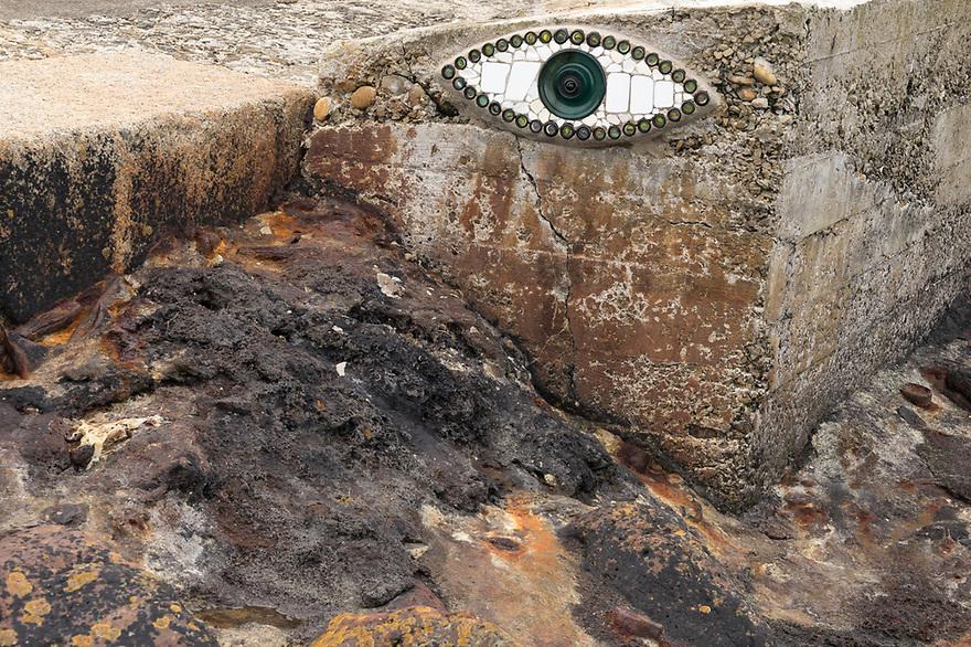 Camaret sur Mer - Bretagna, 22 agosto 2020. L'occhio protettore lungo lo scalo d'alaggio.