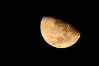 PORTO ALEGRE, RS, 21.04.2021 - CLIMA - TEMPO - A lua crescente, na noite de outono dos gaúchos, em Porto Alegre, nesta quarta-feira (21).
