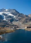 Schweiz, Graubuenden, Der Berninapass (Passo del Bernina) mit Ospizio Bernina und Lagh da la Cruseta   Switzerland, Graubuenden, Bernina Passroad (Passo del Bernina) with hotel Ospizio Bernina and lake Lagh da la Cruseta