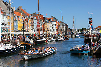 Denmark, Zealand, Copenhagen: Tour boat along Nyhavn (New Harbour) canal lined with boats and former merchant's houses   Daenemark, Insel Seeland, Kopenhagen: Nyhavn, Hafenrundfahrt mit kleinen Ausflugsschiffen