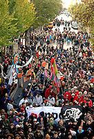 """Nazi Aufmarsch / Demo in Leipzig Ost - Leipziger verhindert den Zug durch die Stadt mit Blockade am S-Bahnhof Sellerhausen - unter dem Motto """"Leipzig nimmt Platz"""" nahmen Hunderte Leipziger an der bunten Gegenveranstaltung teil - sie schafften es den Start des Aufmarsches solange zu verhindern bis die Polizei die Kundgebung für beendet erklärte - in diesem Moment (ca. 16:40) eskalierte die Situation auf Seiten der Sympathiesanten der rechten Szene - Steine und Flaschen flogen - die Polizei bekam die Situation rasch wieder unter Kontrolle - im Bild:  linker Demonstrantenzug auf der Eisenbahnstraße. Foto: Norman Rembarz..Norman Rembarz , ASV-Autorennummer 41043728 , Holbeinstr. 14, 04229 Leipzig, Tel.: 01794887569, Hypovereinsbank: BLZ: 86020086, KN: 357889472, St.Nr.: 231/261/06432 - Jegliche kommerzielle Nutzung ist honorar- und mehrwertsteuerpflichtig! Persönlichkeitsrechte sind zu wahren. Es wird keine Haftung übernommen bei Verletzung von Rechten Dritter. Autoren-Nennung gem. §13 UrhGes. wird verlangt. Weitergabe an Dritte nur nach  vorheriger Absprache.."""