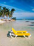 Dominikanische Republik, Punta Cana Beach Resort: Strandliegen stehen im flachen Wasser | Dominican Republic, Punta Cana Beach Resort, beach, deck-chairs in shallow water