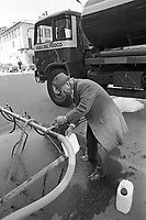 - Vigevano, distribuzione pubblica di acqua potabile a causa dell'inquinamento della falda e dell'acquedotto (aprile 1986)....- Vigevano, public distribution of drinking water because of pollution of groundwater and aqueduct (April 1986)